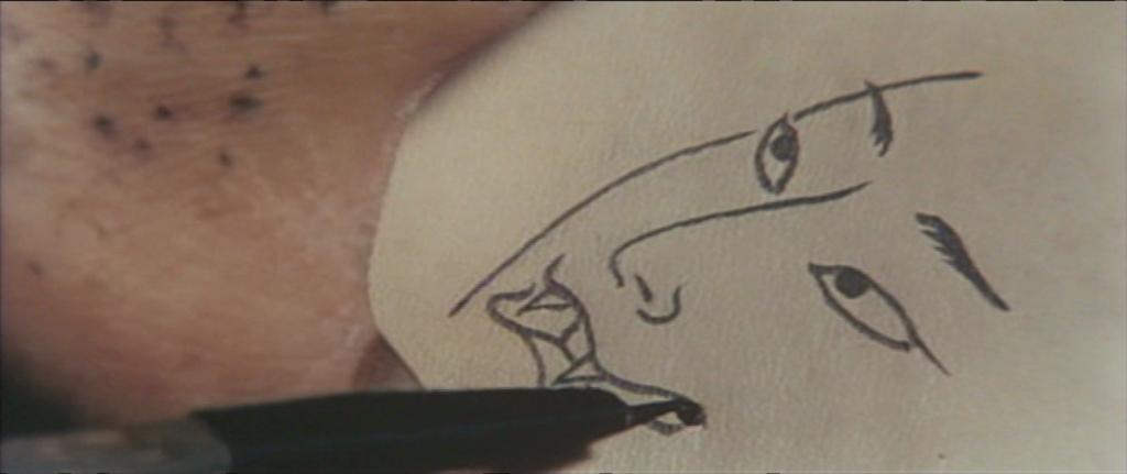 Mise en contact entre une peau tatouante rugueuse et une peau tatouée soyeuse.
