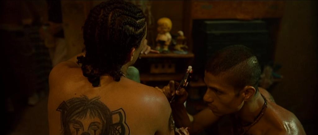 Filmage d'une double figure:un tatouage achevé et un tatouage en devenir.