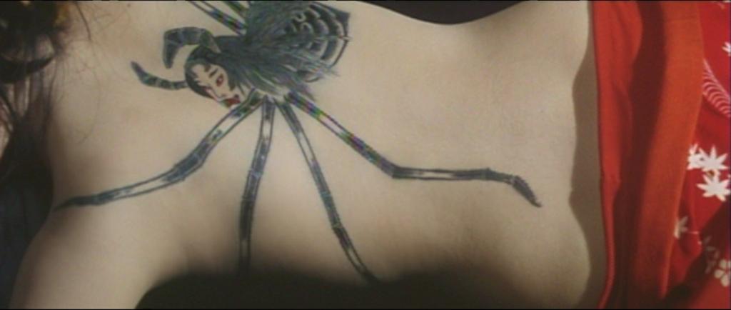 Créature hybride, à la fois envoûtante et effrayante, implantée violemment dans la chair nourricière d'une femme devenue geisha.